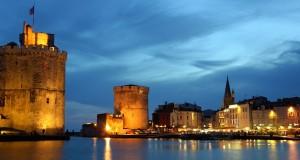 Panorama de la Rochelle la nuit.